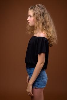 Ritratto di vista di profilo di giovane bella ragazza adolescente bionda