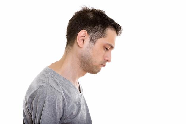 Vista di profilo del giovane triste che osserva giù