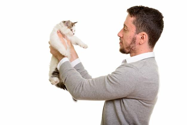 Vista di profilo di giovane uomo bello che tiene gatto