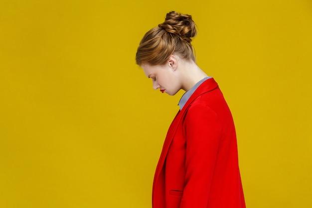 Profilo preoccupato donna rossa in giacca rossa nervosa