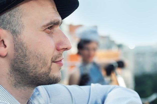 Profilo di giovane uomo barbuto in un berretto