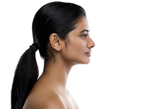 Profilo di giovane e bella donna indiana isolata su bianco