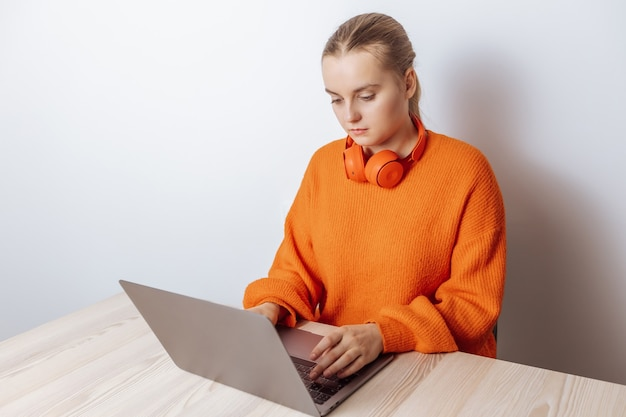 Una programmatrice lavora al laptop