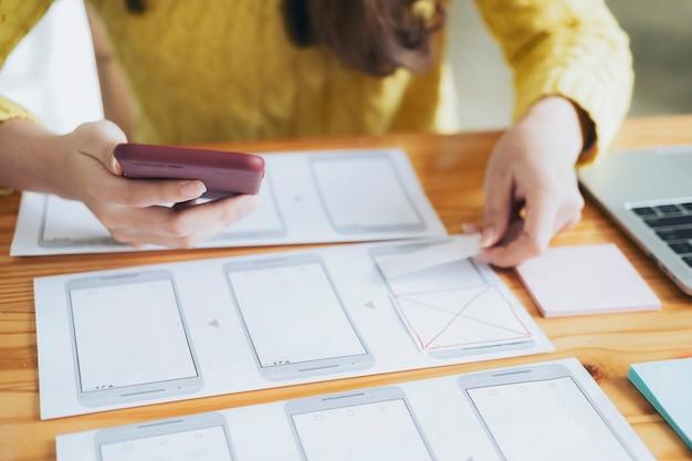 Programmatore e ux ui designer che lavora in un'area di sviluppo software e tecnologie di codifica tecnologia di sviluppo e programmazione di siti web e dispositivi mobili.