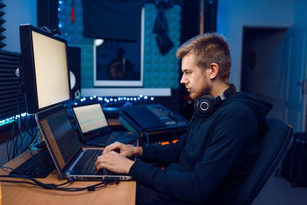 Programmatore che lavora su laptop, tecnologia informatica. responsabile it sul posto di lavoro, codifica e crittografia professionale, sicurezza della rete