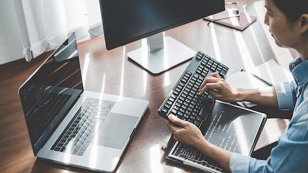 Programmatore che lavora in un'area di sviluppo software e tecnologie di codifica. progettazione del sito web. concetto di tecnologia.