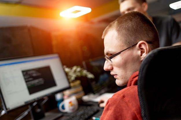 Programmatore che lavora in un ufficio di una società di sviluppo software. progettazione del sito web.