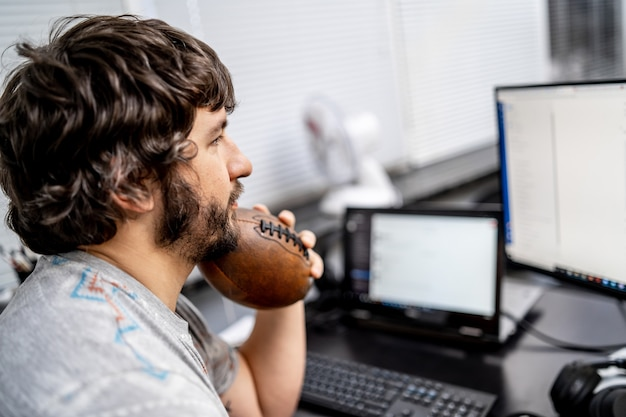 Programmatore che lavora nell'ufficio di una società di sviluppo software.