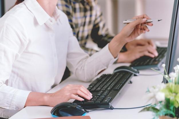 Programmatori che sviluppano codici sui loro computer