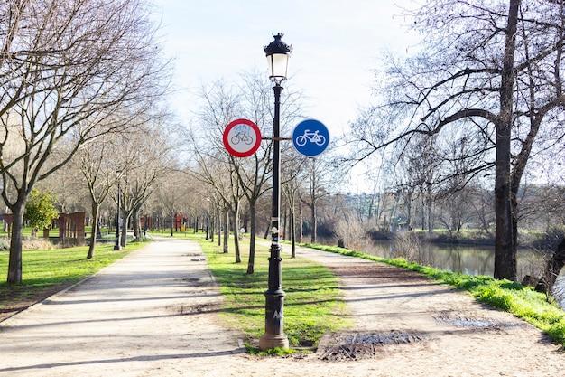 Segnale di divieto nessun segnale stradale di bicicletta in un parco.