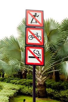 Segnali di divieto nel parco. non pattinare, fumare, andare in bicicletta.