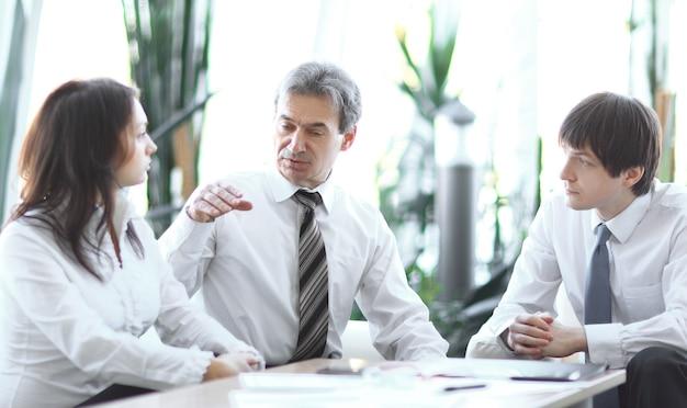 Responsabile del progetto che parla con il team aziendale sul posto di lavoro.concetto aziendale
