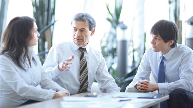 Responsabile del progetto che parla con il team aziendale sul posto di lavoro