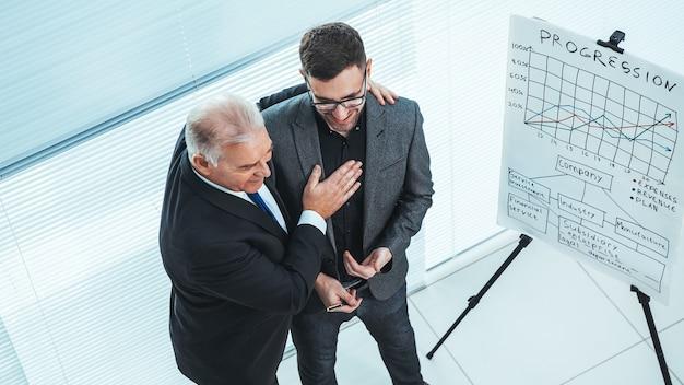 Project manager che si congratula con il dipendente per una presentazione di successo
