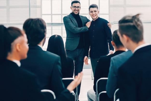 Project manager che presenta un nuovo dipendente .foto con una copia dello spazio