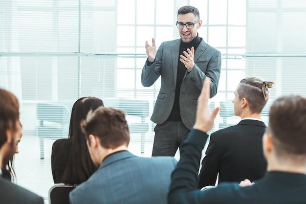 Il project manager fa un rapporto per il team aziendale