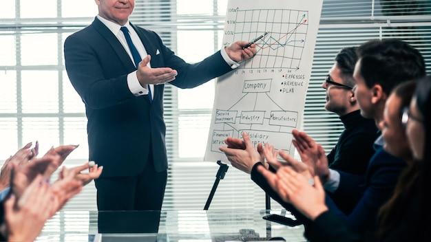 Il project manager si incontra con il gruppo di lavoro. concetto di affari