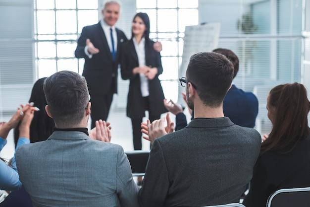 Project manager in rappresentanza di un giovane specialista durante una riunione di lavoro. concetto di successo