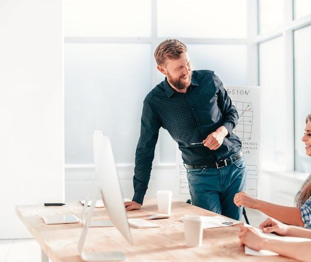 Project manager in una riunione di lavoro con il team aziendale