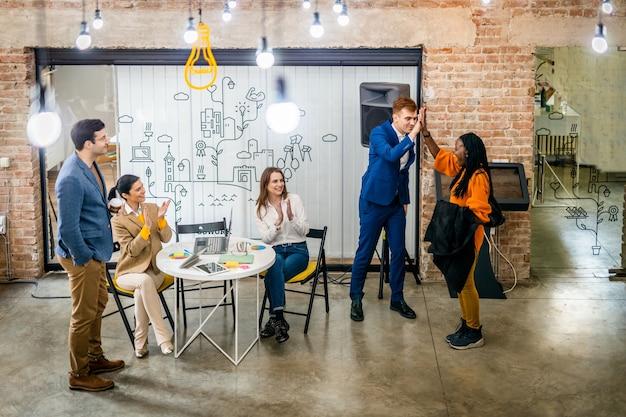 Responsabili di progetto e dipendenti che confrontano le idee
