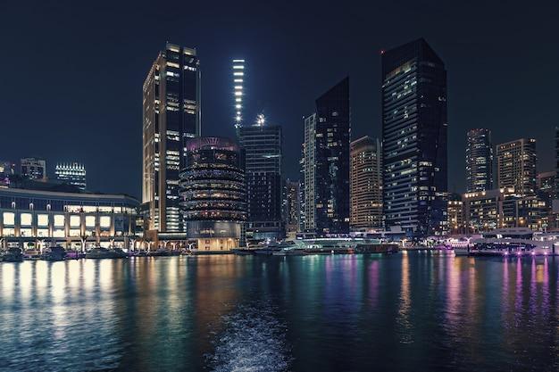 Il lungomare e il canale a dubai marina, dubai, emirati arabi uniti