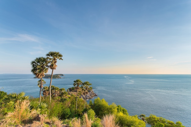 Promthep cape phuket in thailandia ha isole verdi di montagna e mare blu