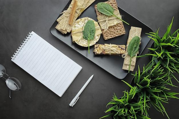 Nutrizione appropriata. uno stile di vita sano. panini secchi per la dieta. il concetto di perdere peso e uno stile di vita sano. panini con verdure ed erbe aromatiche sul tavolo.