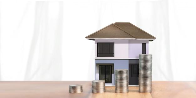 Investimenti immobiliari e mutui casa concetto finanziario denaro moneta pila. casa d'affari