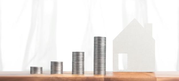 Pila di monete di denaro e investimento immobiliare. casa d'affari