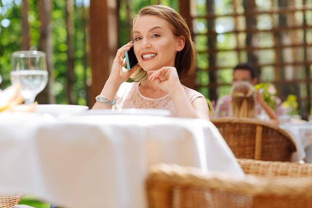Prosperosa imprenditrice. prosperosa imprenditrice con esperienza che chiama il suo partner chiedendogli del prossimo incontro