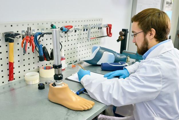 Protesista che lavora in laboratorio
