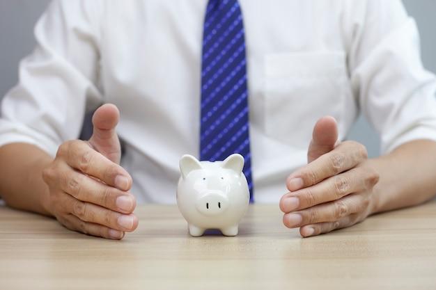 Gesto protettivo dell'uomo e assicurazione modello piggy per il settore immobiliare