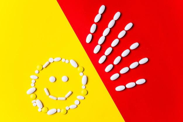 Protezione contro le malattie. pillole colorate, compresse e capsule sulla parete rossa e gialla - storia del trattamento. concetto di sanità e medicina, vaccino, prevenzione della pandemia, epidemia.