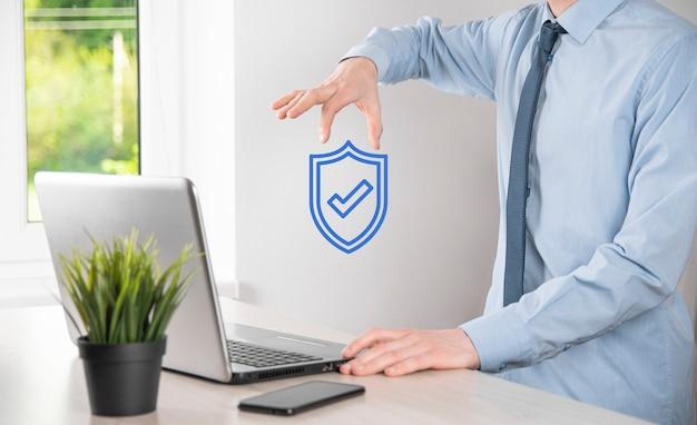 Computer di sicurezza della rete di protezione nelle mani di un uomo d'affari. business, tecnologia, sicurezza informatica e concetto di internet - uomo d'affari che preme il pulsante scudo su schermi virtuali protezione dei dati