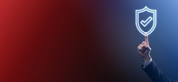 Computer di sicurezza di rete di protezione nelle mani di un uomo d'affari. affari, tecnologia, sicurezza informatica e concetto di internet - uomo d'affari premendo il pulsante scudo su schermi virtuali protezione dei dati.