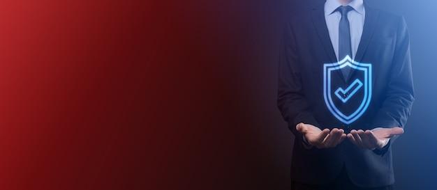 Computer di sicurezza della rete di protezione nelle mani di un uomo d'affari. business, tecnologia, sicurezza informatica e concetto di internet - uomo d'affari premendo il pulsante scudo su schermi virtuali protezione dei dati.