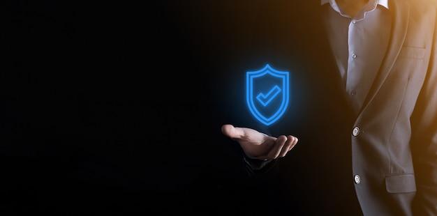 Computer di sicurezza di rete di protezione nelle mani di un uomo d'affari. attività commerciale