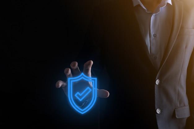 Computer di sicurezza di rete di protezione nelle mani di un uomo d'affari
