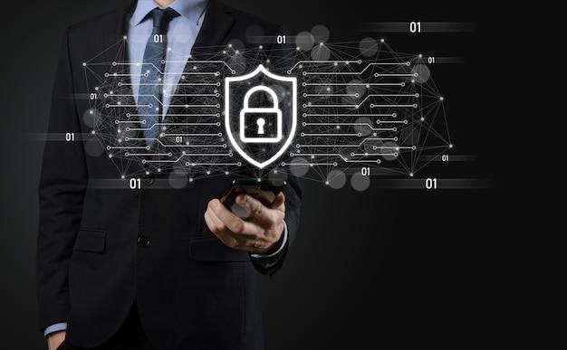 Protezione del computer di sicurezza della rete e sicurezza del concetto di dati, icona di protezione dello scudo della tenuta dell'uomo d'affari. simbolo del lucchetto, concetto di sicurezza, sicurezza informatica e protezione dai pericoli