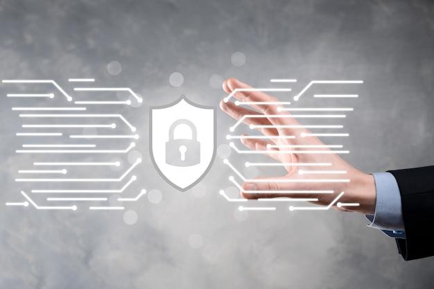 Protezione del computer di sicurezza della rete e sicuro il tuo concetto di dati, uomo d'affari che tiene lo scudo protegge il simbolo simbolo del lucchetto, concetto di sicurezza, sicurezza informatica e protezione dai pericoli.