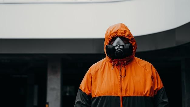 Mezza maschera del respiratore di protezione per gas tossico. l'uomo si prepara a indossare la protezione contro l'inquinamento atmosferico nell'industria chimica