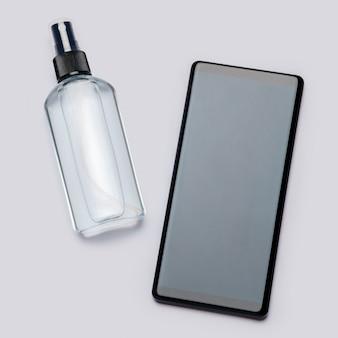Protezione o igiene da virus o germi - pulizia o disinfezione del telefono cellulare con spray disinfettante disinfettante