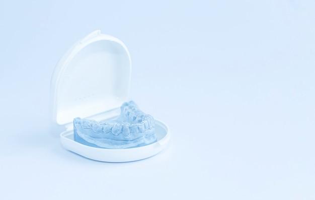 Protezione dei denti dalla pressione della mascella superiore durante il sonno, corpo bianco.