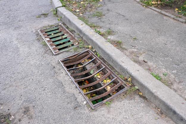 Grate di protezione dello scarico delle acque piovane della rete fognaria cittadina, primo piano