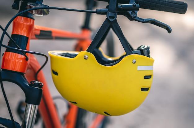 Casco protettivo appeso al manubrio della bicicletta, da vicino