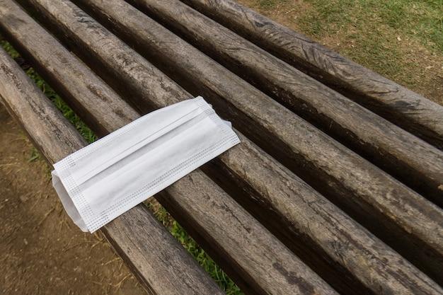Maschera protettiva scartata irregolarmente su una panchina pubblica a rio de janeiro, in brasile. Foto Premium
