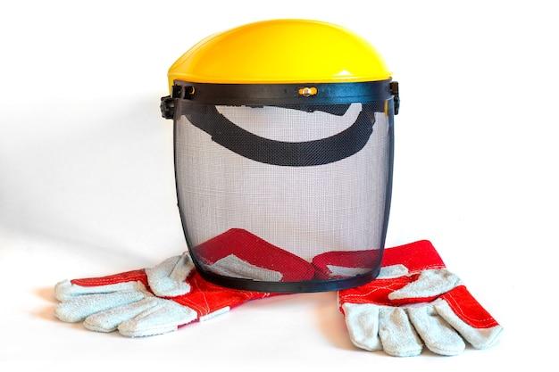 Maschera protettiva per lo sfalcio dell'erba e guanti isolati
