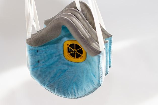 Una maschera protettiva respiratori su uno sfondo bianco
