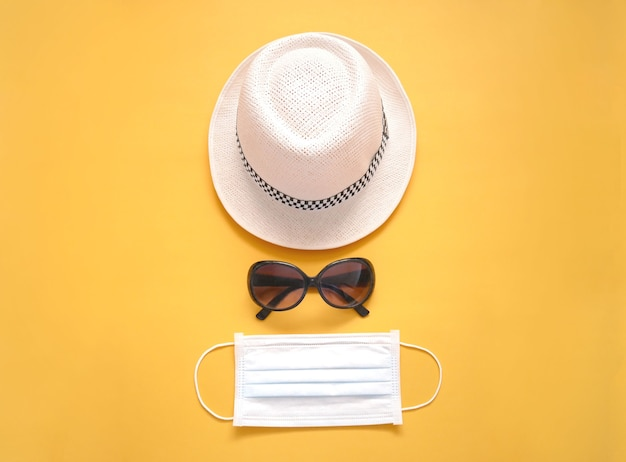 Maschera medica protettiva con cappello e occhiali da sole