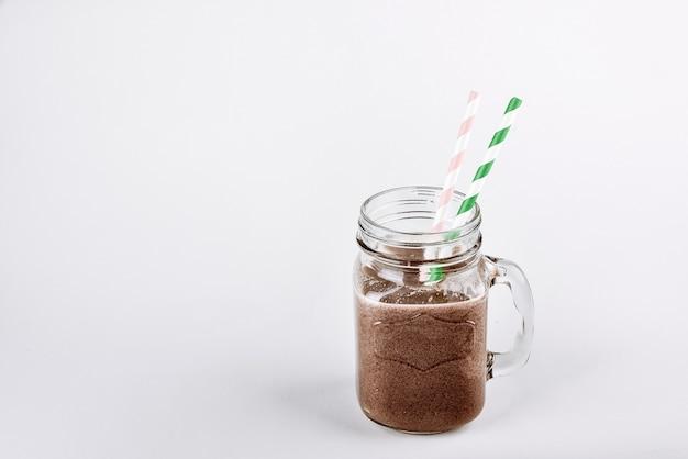 Frullato proteico frullato con cioccolato e cacao in un barattolo
